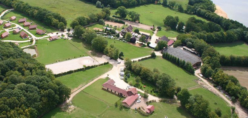 Le domaine équestre des Grilles à Saint-Fargeau, dans l'Yonne, au bord du lac du Bourdon