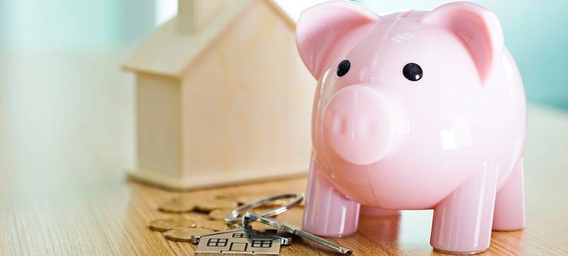 Sparschwein, Kleingeld und Hausschlüssel