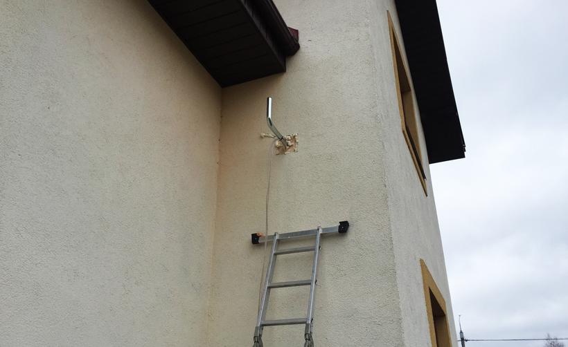 Частично восстановленный фасад после установки кронштейна
