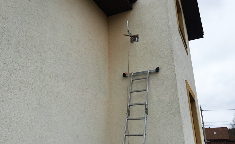 Установленный кронштейн на утепленный фасад