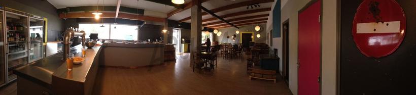 Salle et bar à bières de la microbrasserie Archimalt à Saint-Alban-Leysse, Savoie