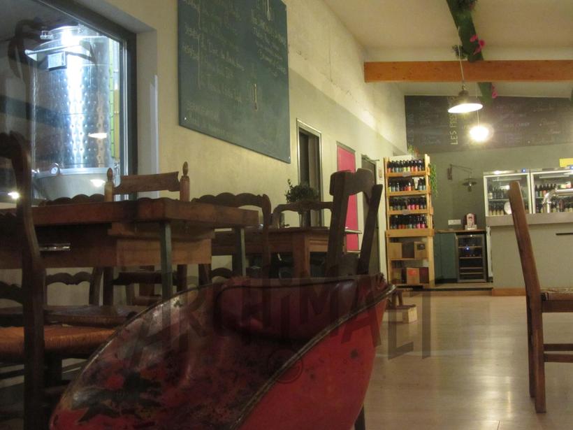 Depuis le bar: Vue sur les cuves de la brasserie artisanale Archimalt à Saint-Alban-Leysse.