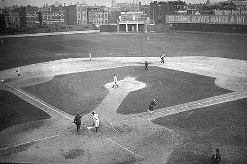 Il West Side Grounds di Chicago con al centro il primo tabellone segnapunti realizzato da George Baird (1908)
