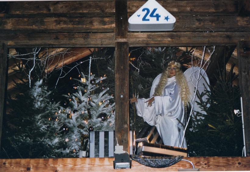 """""""Fenster"""" vom 24. Dezember, Werk von Werner Kessler im Kehrichtgädeli im Dörfli."""