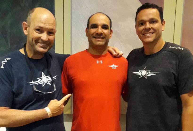 De izquierda a derecha, Sean Carter junto al boricua Alex Cabán y a Eric Wooldridge, dirigentes del Houston Volleyball Club. El trío dirige a cuatro equipos que  están compitiendo esta semana en el Jeep Volleyball Championship, el cual se celebra esta sem