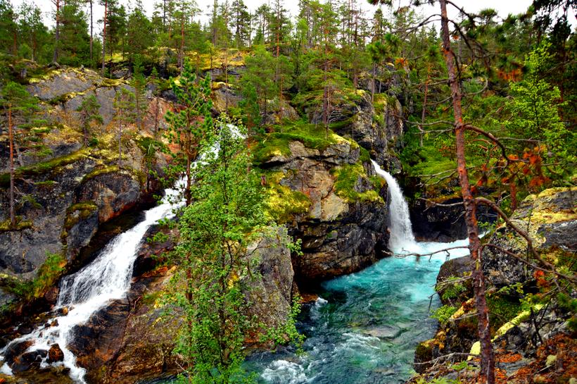 Schlucht mit türkisem Wasser in Norwegen
