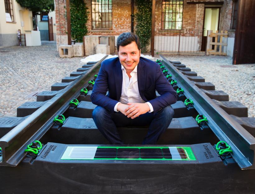 © Greenrail™ CEO und Gründer Giovanni De Lisi sitzt auf den neuen Solar-Schwellen