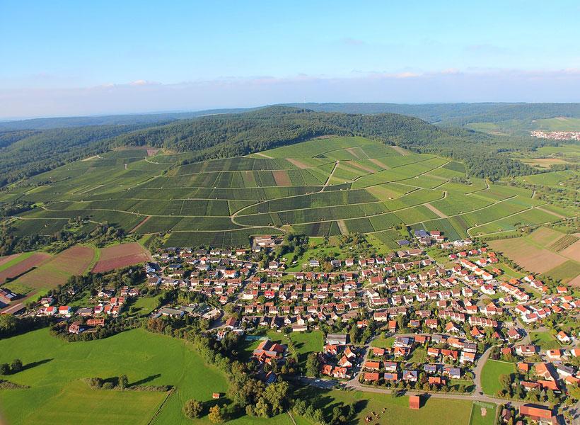 Blick auf Horrheim und den dahinter liegenden Klosterberg