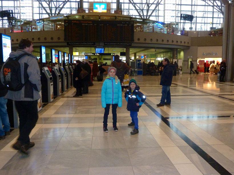 Ungeduldiges, hibbeliges, freudiges Warten auf Opa. Flughafen Stuttgart