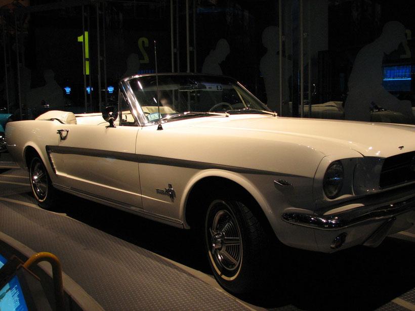 Mustang 1964  1/2, (1965 prématurée) photo prise à l'usine Ford Rouge à Dearnborn, Michigan lors de ma visite en 2007. C'est la première Mustang produite par Ford.