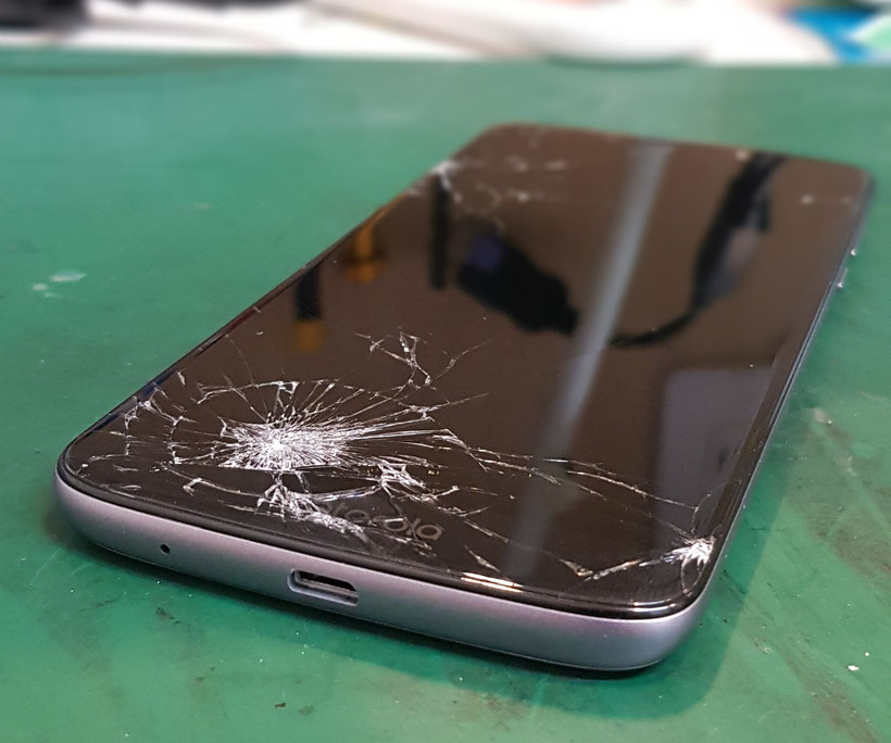 Motorola moto E5ガラス割れの状態