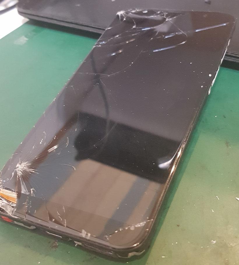ASUS Zenfon MAX(M1)の液晶ガラス割れ
