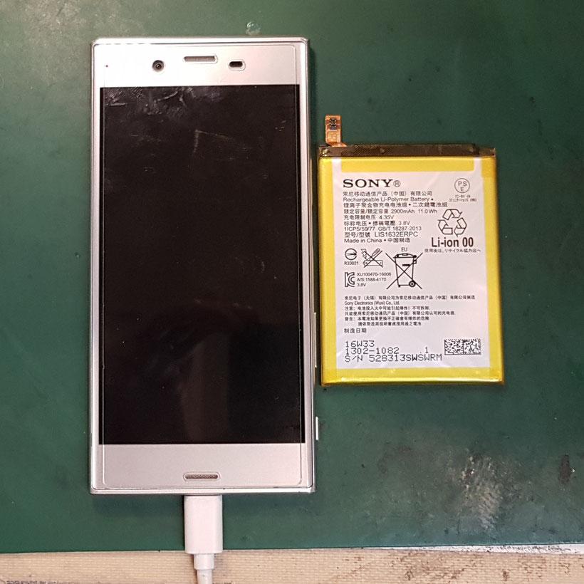 アンドロイドスマホSONY XPERIA XZバッテリー交換後の取り外したバッテリーとの写真