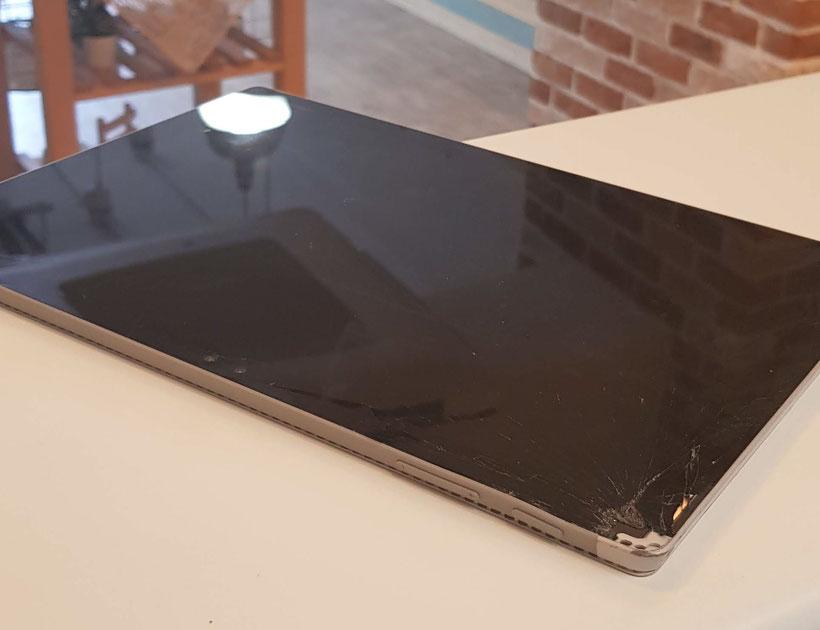Surface Pro4ガラス割れでフレームがつぶれている