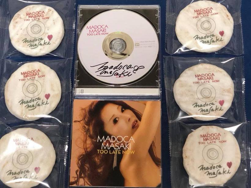 CDのレーベルに似たデザインの「ぷりんたぶるせんべい」