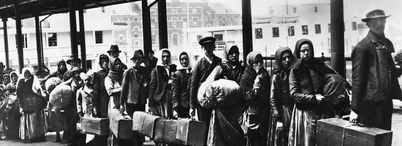 Immigrati in attesa a Ellis Island, New York, inizio '900