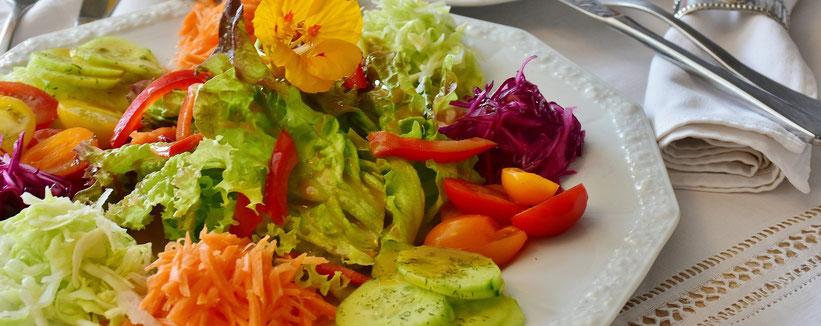 Salatteller mit verschiedenen Salatsorten