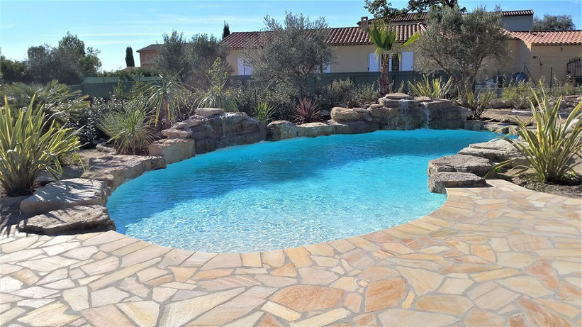 piscine bleu très clair