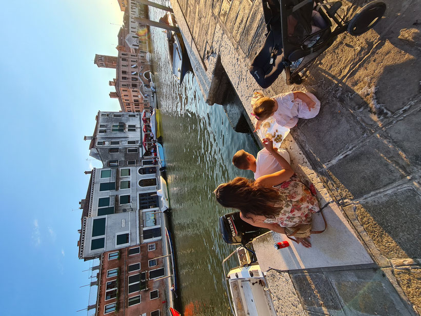 Kurze Jausenpause am Kanal in Venedig
