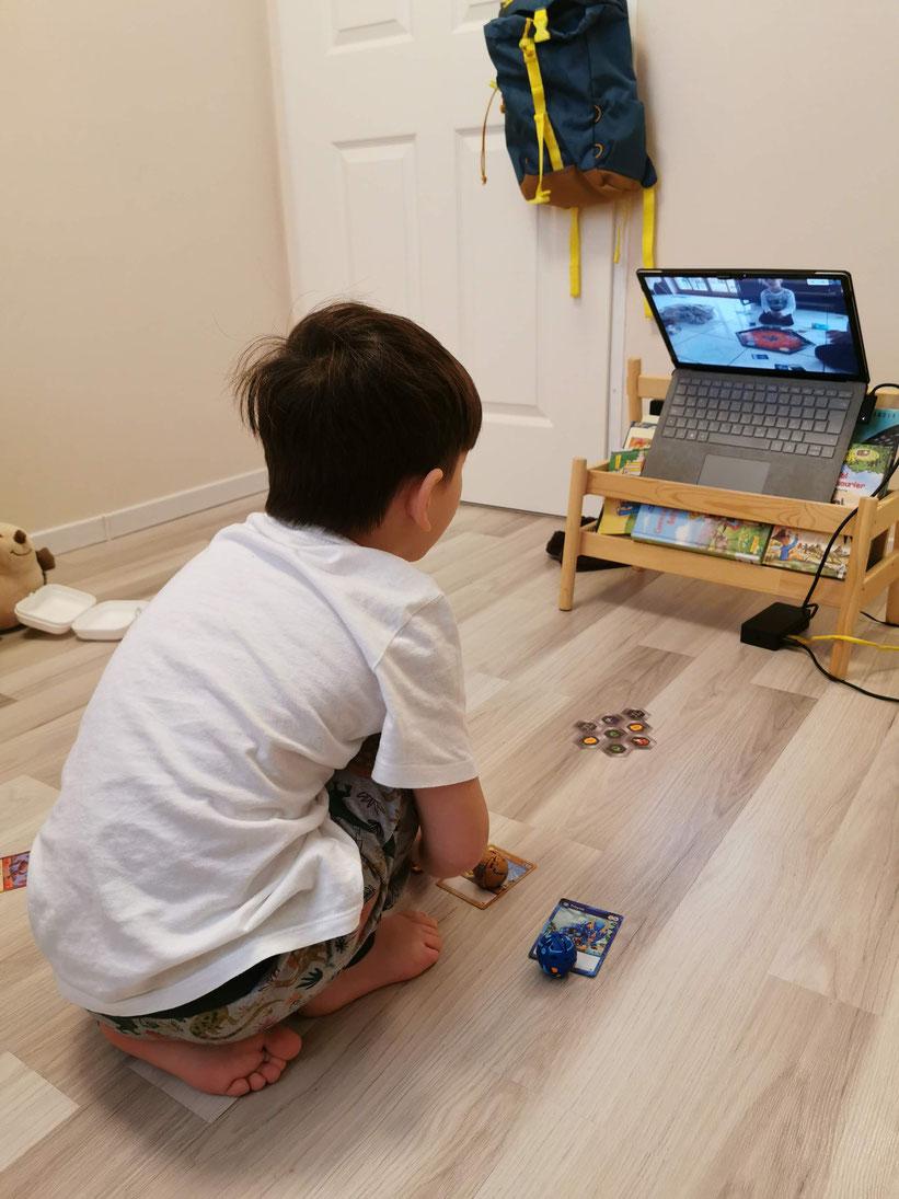 Nunu spielt Bakugan mit seinem Freund, welchen er in Neuseeland kennenlernte.