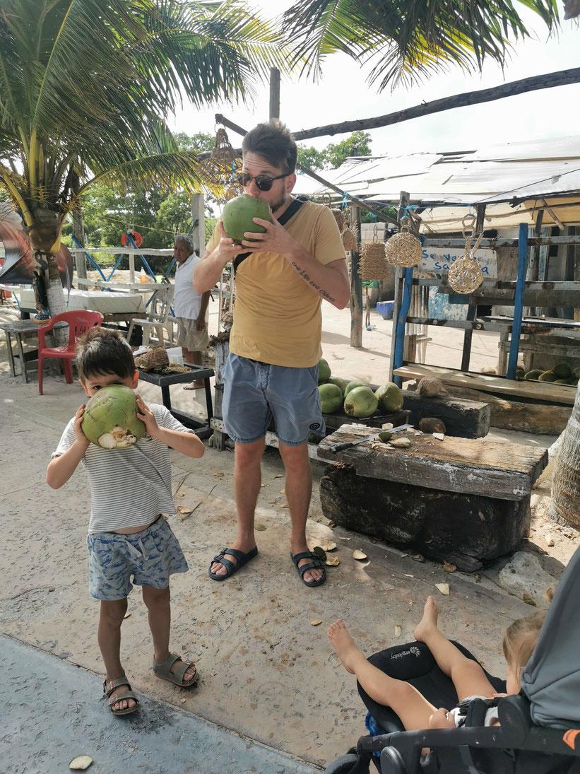 Nunu und Philip beim trinken der größten Kokosnüsse