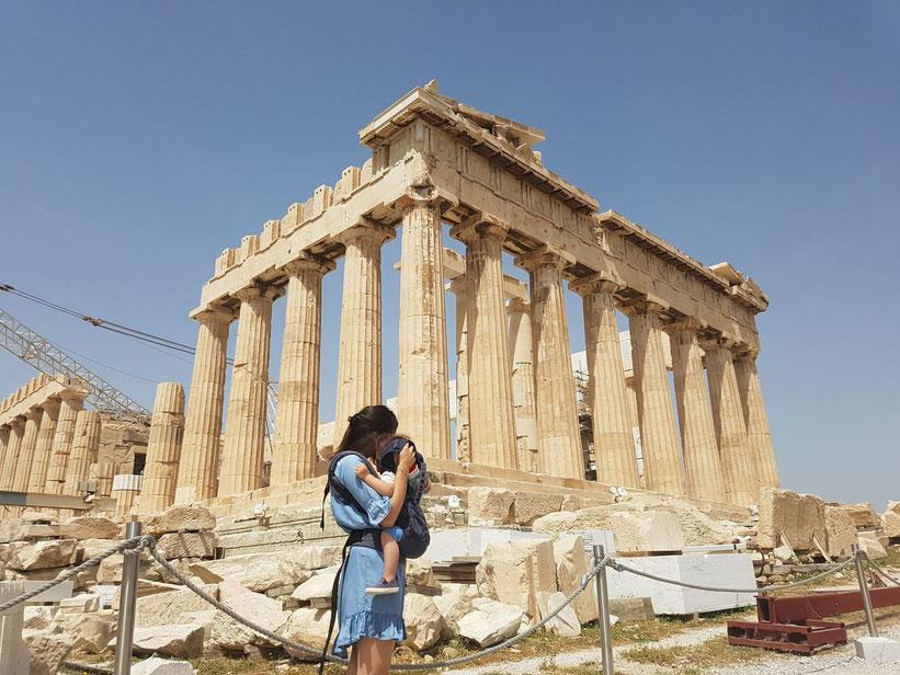 Jenny mit Nunu vor der Akropolis