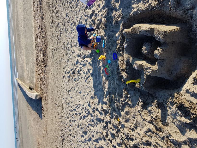 Sandburgen bauen am Strand mit Nunu
