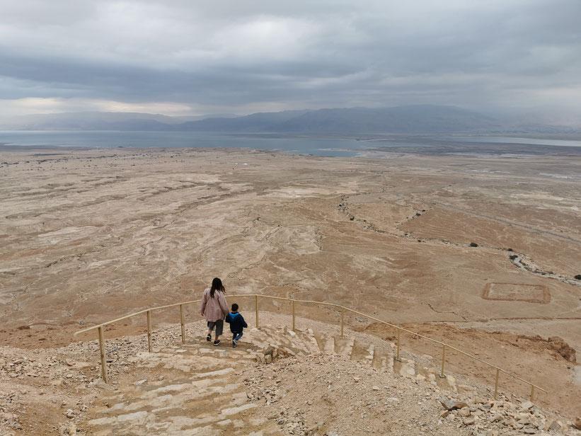 Masada - Abstieg über die felsigen Stufen ins Tal