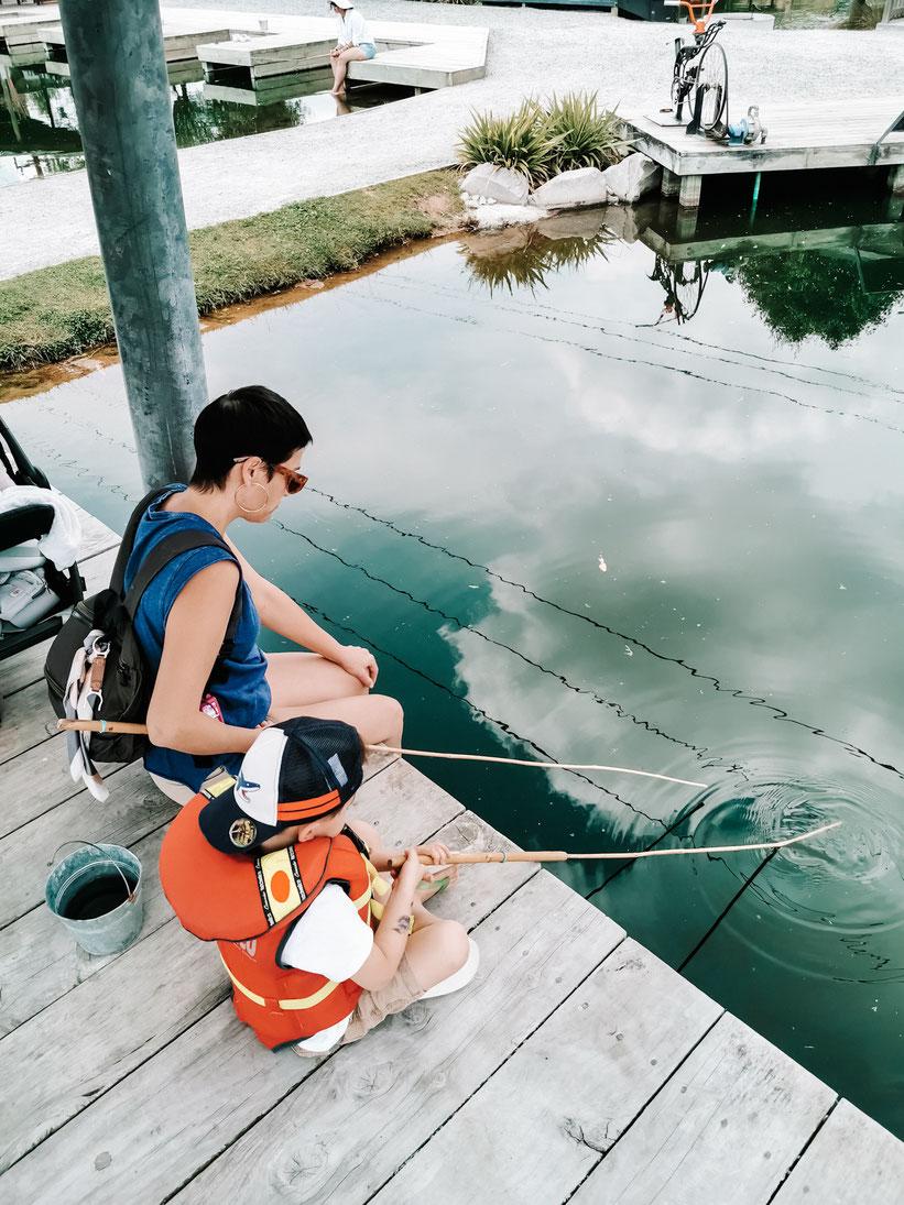 Nunu beim Prawn angeln mit Oma Sofia