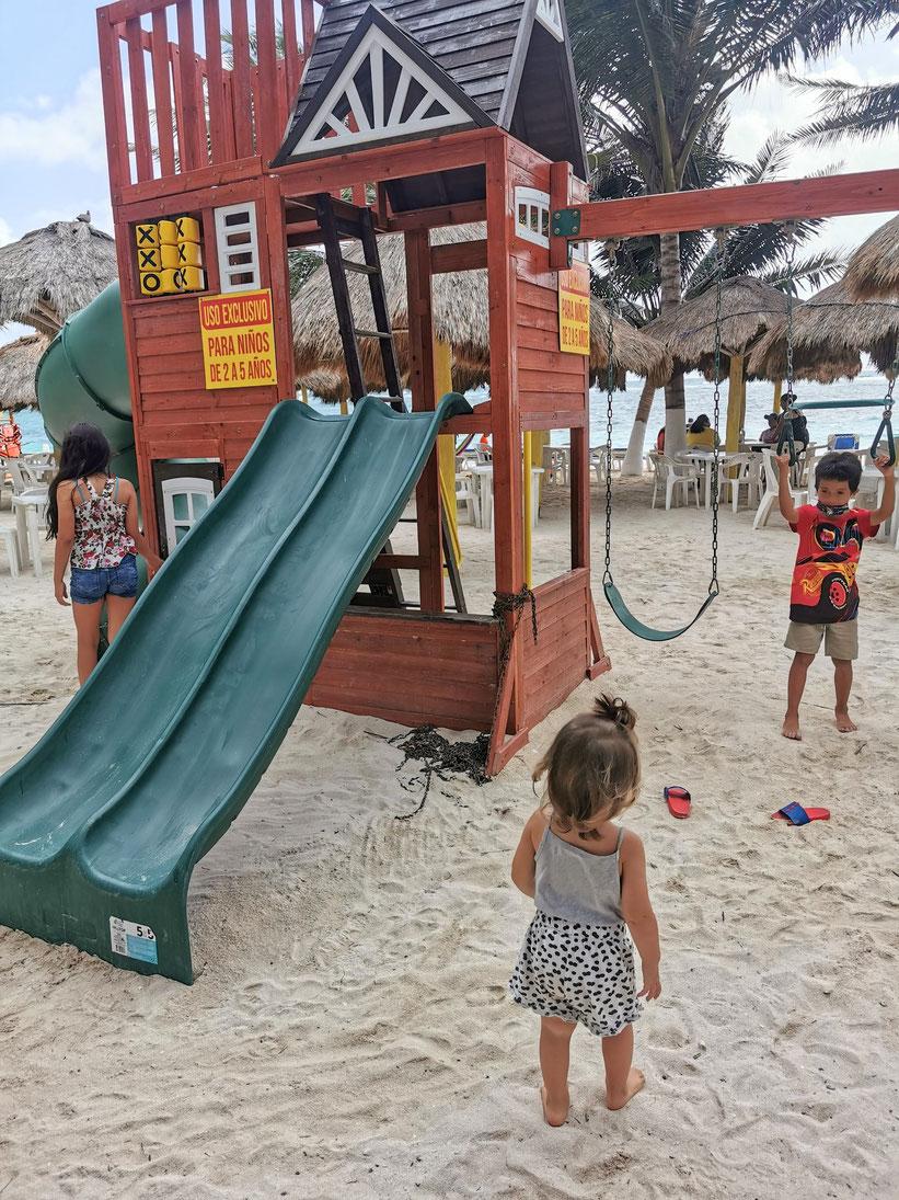 Super Spielplatz direkt am Strand beim Beachclub Krazy Lobster