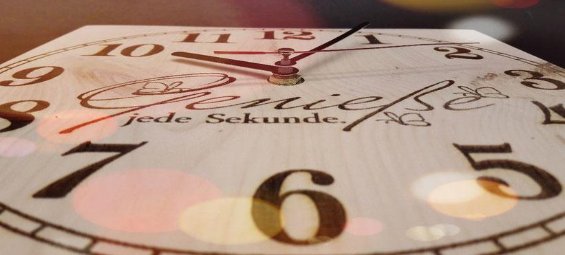 Funk Wanduhr aus Zirben Holz - mit Gravur nach Wunsch - ein besonderes Geschenk!
