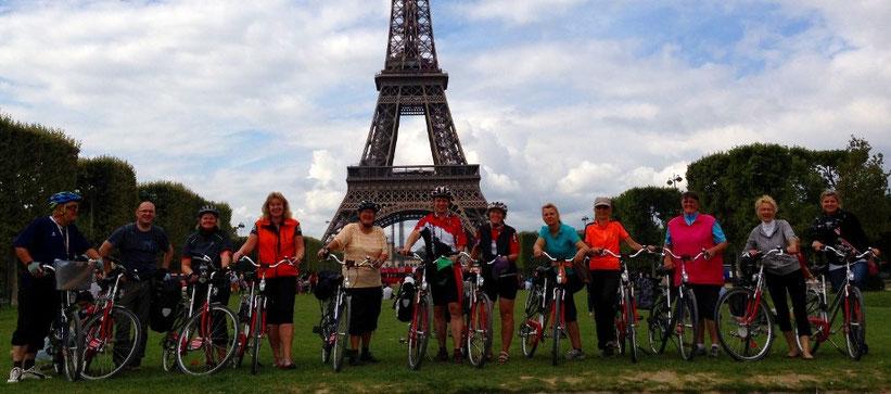 Radtouris vor einem der bekannteren Pariser Bauwerke.