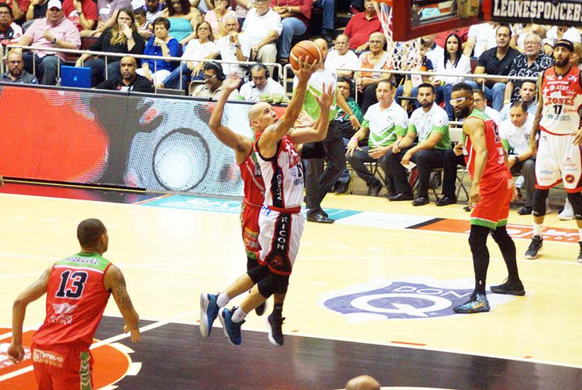 Los Leones de Ponce aseguraron la victoria en los segundos finales / foto por Edgardo Ayala Gracia