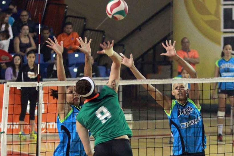 Sheila Ocasio a la derecha en la foto se une a su hermana Karina bloqueando a la izquierda al equipo de las Pentacampeonas Criollas