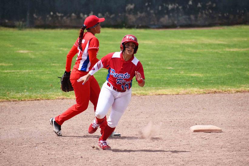 Eva Torres de Puerto Rico avanza hacia el plato para marcar carrera en el partido ante Cuba / Foto por FBAPR