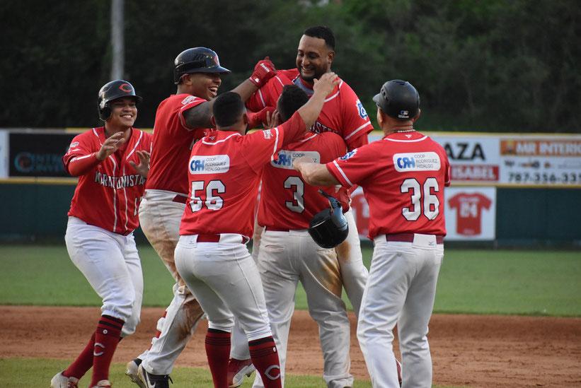 Christian Santiago pegó el hit de oro para darle el primer triunfo del Carnaval de Campeones a Coamo / foto por Prensa Federación de Béisbol de Puerto Rico