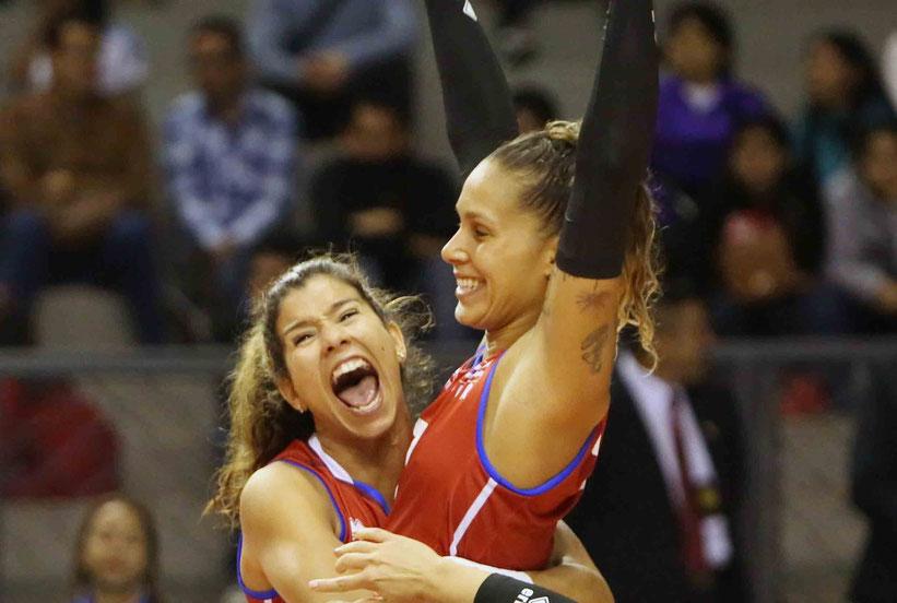 """Natalia Valentin a la izquierda en la foto dijo """"Creo que tuvimos un buen torneo, hubiera sido bueno cerrar con victoria pero es un equipo joven que aprenderá de la lección de hoy"""" / Foto por Norceca"""