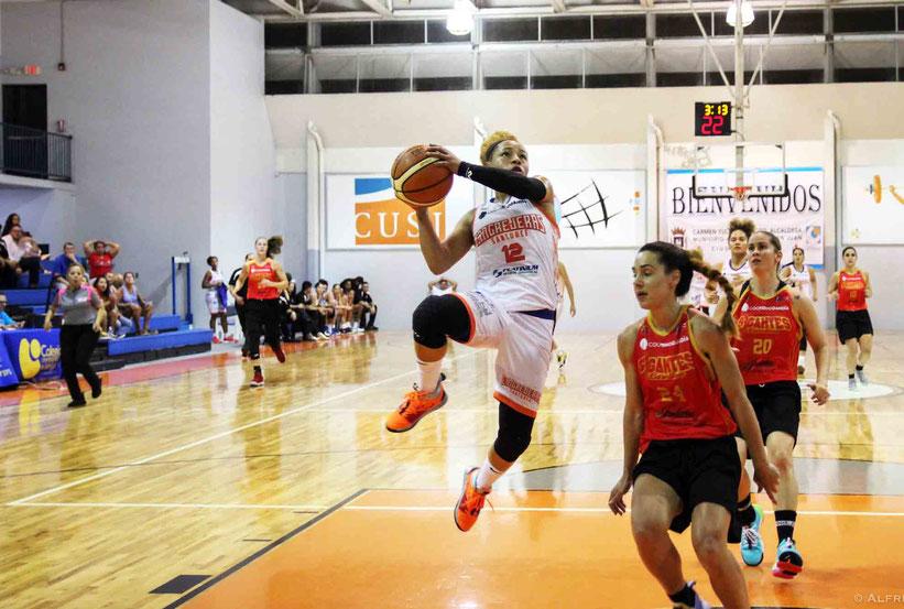 Dayshalee Salamán de las Cangrejeras de Santurce burla la defensa de las Gigantes en el Colegio Universitario / Foto por BSNF