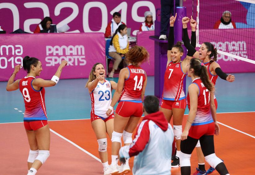 Puerto Rico celebra una jugada ante Argentina / Foto por Norceca