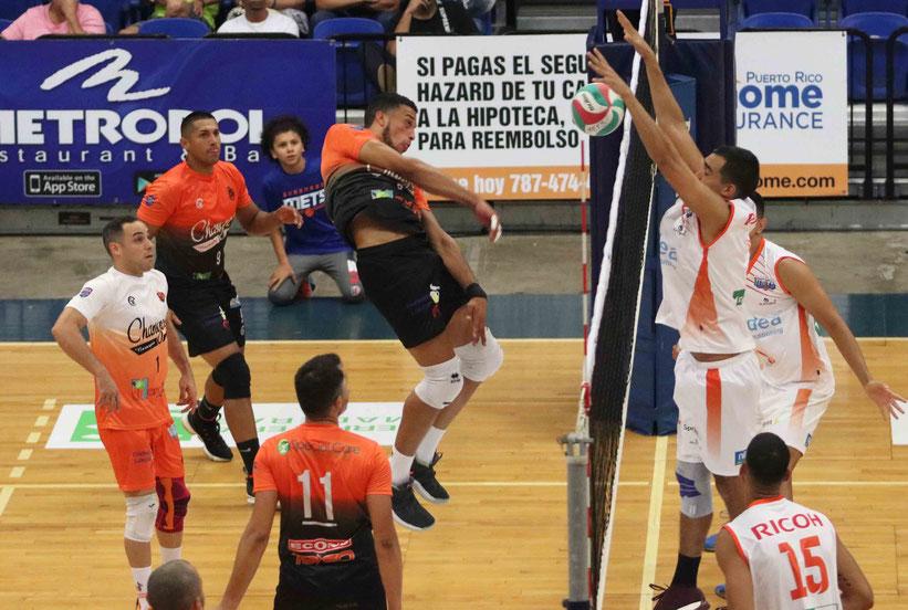Los Mets de Guaynabo en uniforme blanco defendieron exitosamente su coliseo Quijote Morales para nivelar la Serie Semifinal ante los Changos de Naranjito a un triunfo por bando/ Foto por Heriberto Rosario