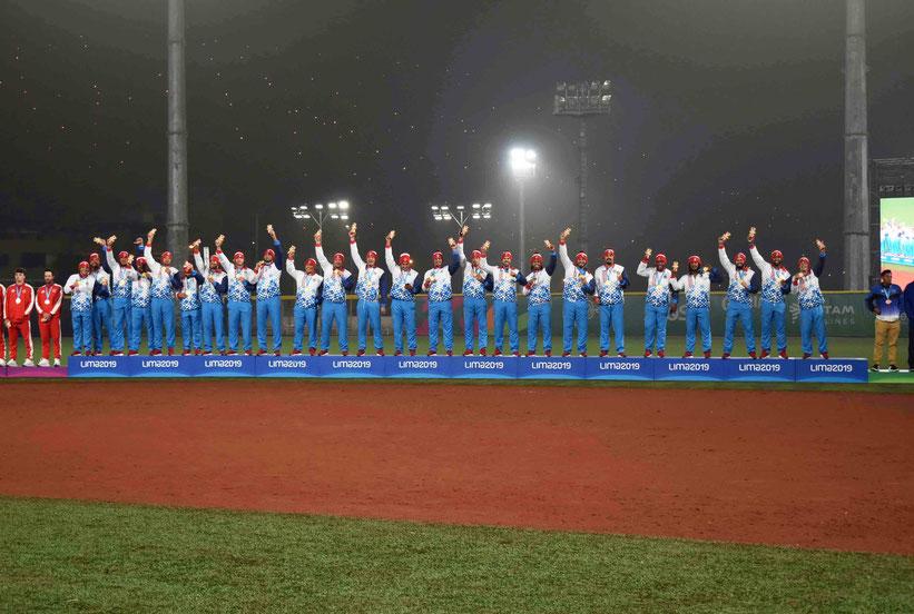 Los jugadores de Puerto Rico posan con sus medallas / Foto por FBAPR