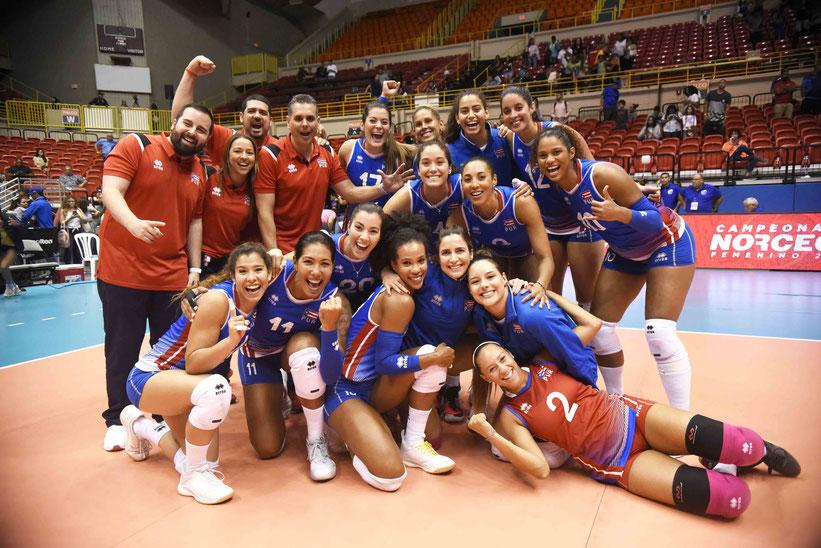 Las anfitrionas (Puerto Rico) vinieron de atrás 7-11 en el primer set, tomando control a través de su potente saque / Foto por Norceca