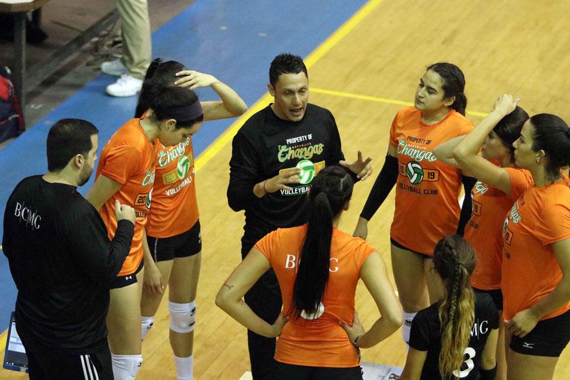 El dirigente Jamille Torres, al centro dando instrucciones fue suspendido siendo defendido por la Gerencia del equipo.