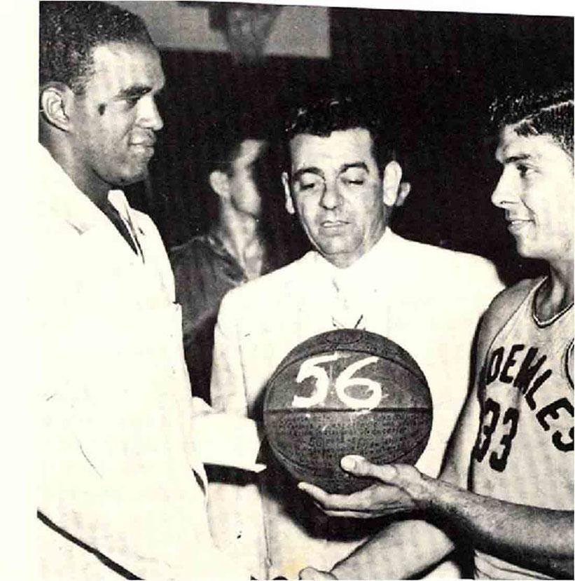 Lulo González le hace entrega de un bola con el #56 a Dickey Cruz reconociendo la marca que impuso de puntos en el BSN para el 1955 / foto por Editorial Deportiva Cain