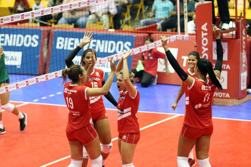 Las Criollas de Caguas celebrando deben ganar sin problemas frente a las Valencianas en la Roger Mendoza