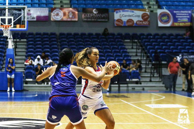 Por las Atenienses de Manati, Kathryn Westbeld con 23 y 13 rebotes. /  Foto por BSNF