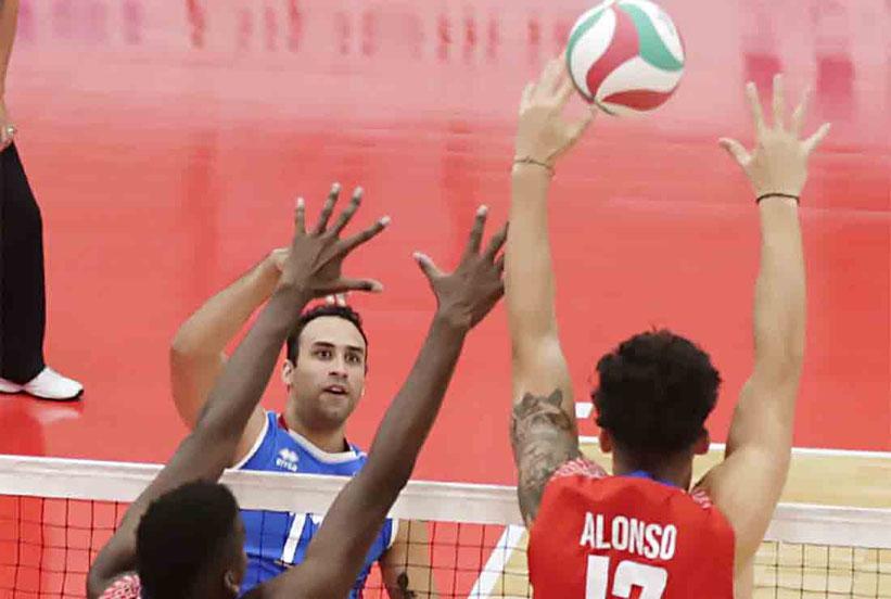 Los cubanos Marlon Yant y Raul Alonso bloquean a Maurice Torres del equipo Puerto Rico / Foto por NORCECA