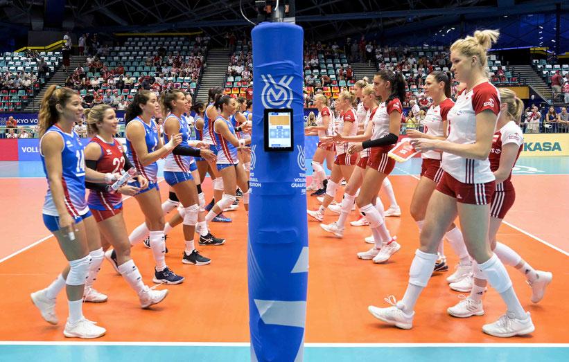 Puerto Rico a la izquierda y Polonia se saludan previo al partido / Foto por FIVB