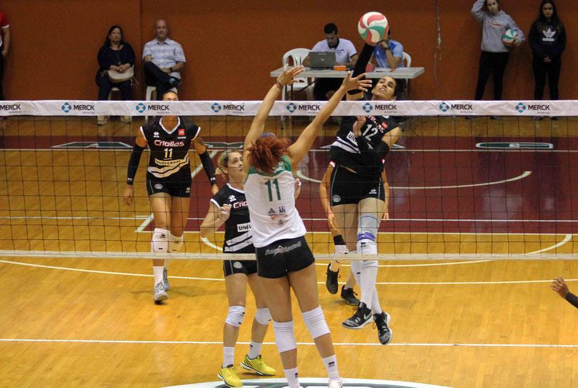 Momento en que Jetzabel Del Valle ataca para lograr el punto 4,000 en su carrera en la LVSF / Foto por Sheyla Escobar Agosto
