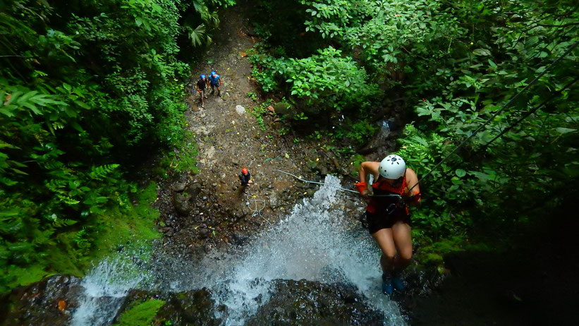 Am Wasserfall abseilen in La Fortuna, Costa Rica